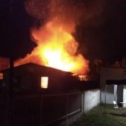 Casa abandonada fica destruída por incêndio em Balneário Rincão