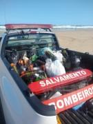 Bombeiros e guarda-vidas recolhem garrafas de plástico e vidro na orla de Balneário Rincão