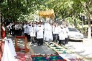 Igreja católica celebra o Corpo e Sangue de Cristo em procissão