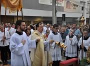 Celebração da Eucaristia leva milhares de fiéis a procissão sobre tapetes