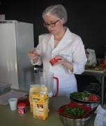 Grupo de emagrecimento participa de aula prática na cozinha
