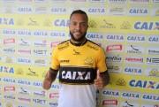 Tigre apresenta o novo volante Paulinho