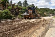 Prefeitura de Siderópolis realiza trabalho de recuperação de estrada no bairro Monte Negro