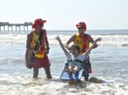 Praia acessível permite banho de mar para portadores de necessidades