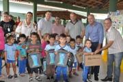 Rincão entrega materiais escolares e anuncia doação de uniforme