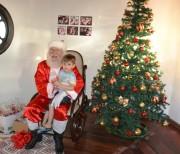 Famílias acompanham chegada do Papai Noel em Criciúma