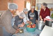 Grupo de mulheres aprendem a fazer doces e geléias