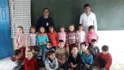 Dentista ensina saúde bucal para crianças em escolas
