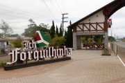 Letreiro em estilo germânico destaca a chegada ao município de Forquilhinha