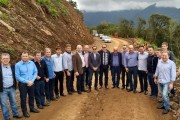 Comitiva visita obra na Serra da Rocinha, que já tem 17% de execução