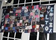Hasteamento de bandeira de retalhos dá início ao Fashion Revolution