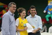 Prefeito e vice-prefeito recebem cartas das mãos das crianças e adolescentes dos SCFV CRAS do município