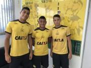 Trio formaliza primeiro contrato profissional