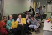 Atletas do Criciúma visitam oncologia infantil no HSJosé
