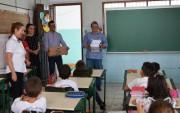 Siderópolis entrega livros didáticos sobre dengue nas escolas