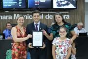 Representantes do Legislativo de Içara entregam moções de aplausos