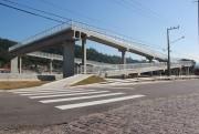 Nas passarelas da BR-101, ciclistas devem cruzar desembarcados