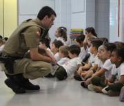 Policiais orientam crianças da educação infantil sobre o trânsito