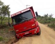Caminhão atola em buraco na ICR-356