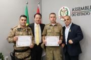 Policiais içarenses recebem homenagem da Alesc por ato de bravura