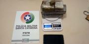 Jovem é detido com 1,3kg de maconha após tentar fugir da Polícia Militar