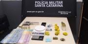 Após denúncia de tiros em Vila Nova Polícia Militar apreende arma e drogas