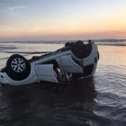 Veículo é encontrado capotado na beira-mar em Balneário Rincão