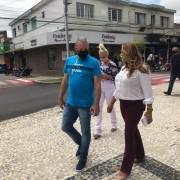 Dalvania e Jandir agradecem os votos recebidos em visita ao comércio de Içara