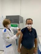 Prefeito de Maracajá recebe vacina contra a Covid-19 na faixa de 64 anos