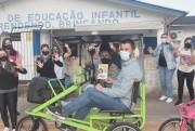 Alex e Bia inovam mais uma vez e percorrem os bairros em bicicleta triciclo