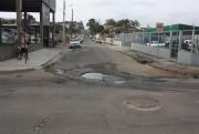 Buraco entre a Natal Tassi e Sete de Setembro prejudica o trânsito