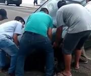 Carro cai em buraco na Rua Marcos Rovaris em Içara