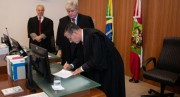 Desembargador federal toma posse como juiz substituto no TRE-SC
