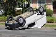 Carro capota após colidir com veículo em cruzamento