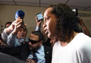 Ronaldinho e o irmão Assis vão para prisão domiciliar mas segue no Paraguai