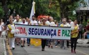 Centenas de pessoas participam da caminhada pela Paz