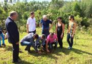 Estudantes plantam árvores para recuperar nascente