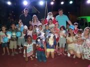Crianças se divertem com a doação de brinquedos na Vila Natalina