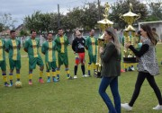 Filhas de Liminha apresentam taças do Campeonato Içarense
