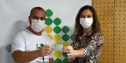 Associação Empresarial de Içara entrega cartões da Campanha Juntos de Coração