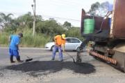 Equipe da ADR realiza tapa buracos na SC-445 em Içara