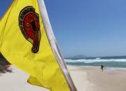 Cores das bandeiras de sinalização nas praias para o verão
