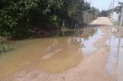 Boca de lobo entupida cria lago em rua do Barracão
