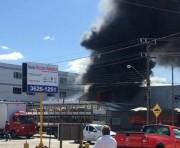 Bombeiros combatem incêndio em depósito de estabelecimento comercial