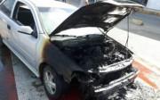 Bombeiros combatem incêndio veicular em avenida de Tubarão