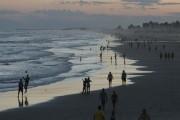 Calor e mar calmo levam centenas de pessoas ao litoral
