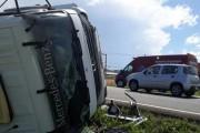 Caminhão carregado de argila tomba na BR-101