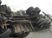 Caminhão de Içara carregado de cal tomba na BR-101