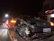 Veículo perde o controle e colide contra árvore na rua Vitória