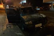 Fiat Uno pega fogo na Rua Vitória, no Centro de Içara